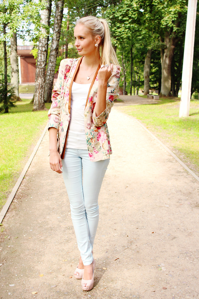 Choies blazer, elf sack, blonde girl, ponytail, floral blazer, light blue jeans, nude color pumps, H&M rings, starfish ring, ebay bag