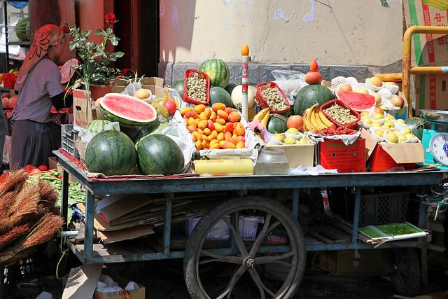 Street fruits stall in Urumqi ウルムチ、露店の果物屋