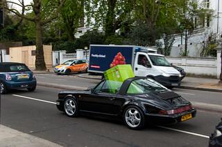 Pas très pratique une Porsche pour les achats volumineux ^^