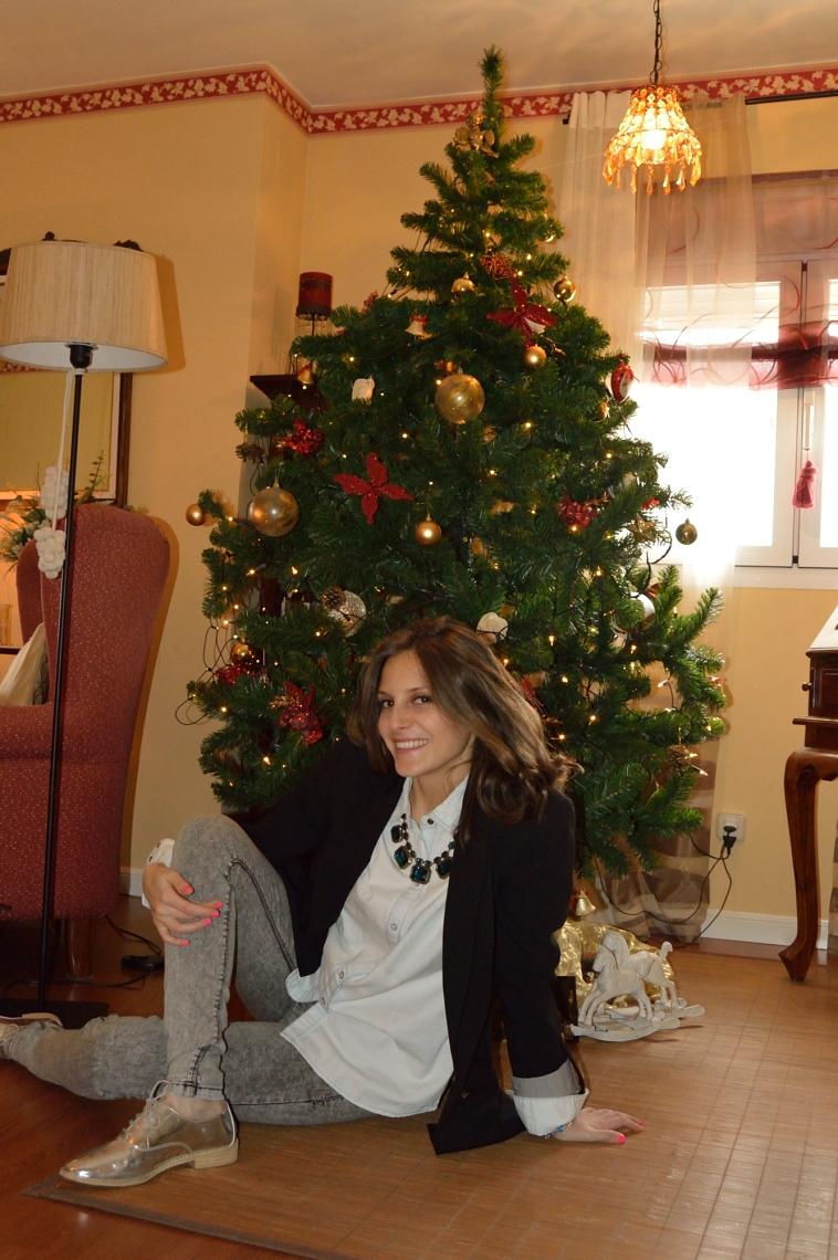 lara-vazquez-madlula-christmas-denim-look-black-blazer-necklace