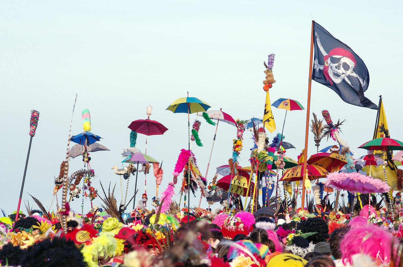 Carnaval de Dunkerque - parapluies et pavillon pirate