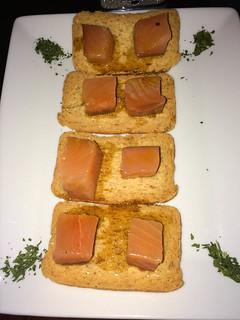 Tacos de Salmón Ahumado con salsa de soja y oliva