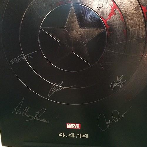 アンソニー・マッキー、スカーレット・ヨハンソン、クリス・エヴァンス、ルッソ兄弟のサイン。