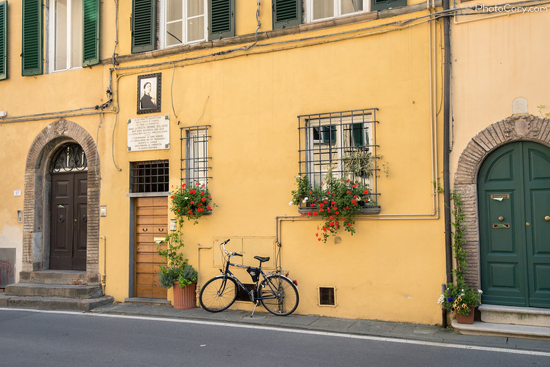 Doors, bike, houses in Lucca