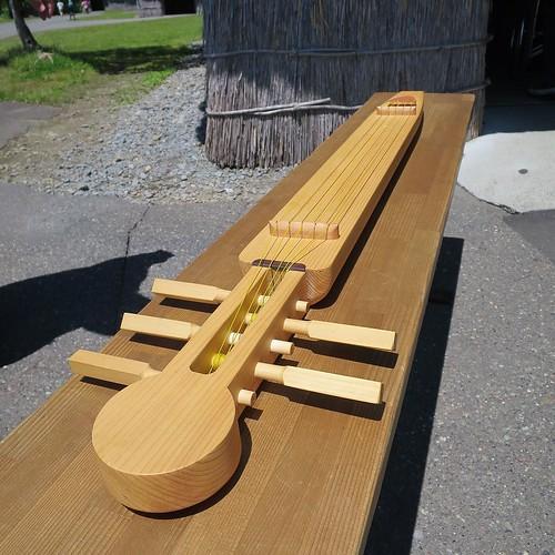 こちらは弦楽器、トンコリ。であってる? #ポロトコタン #アイヌ民族博物館 #良い音色