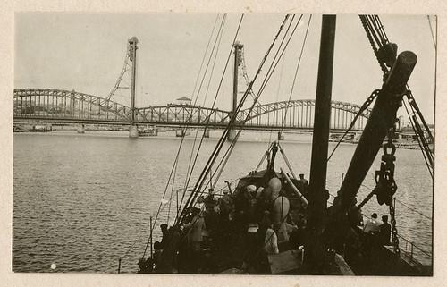 men boats ships bridges ukraine worldwari worldwarone soldiers greatwar watercraft rostov officers militarypersonnel armies kerch