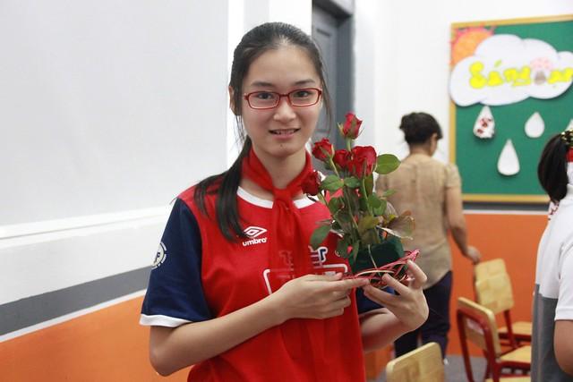 Khánh Linh học với tác phẩm của mình