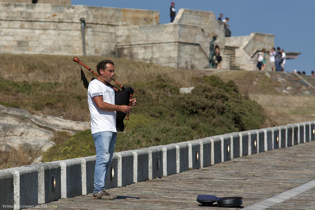 Joueur de cornemuse. La cornemuse, ou mieux, la gaïta, est un instrument traditionnel de Galice.