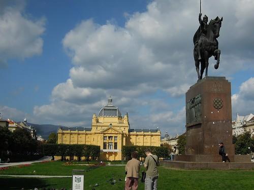 トミスラブ王広場と芸術パビリオン