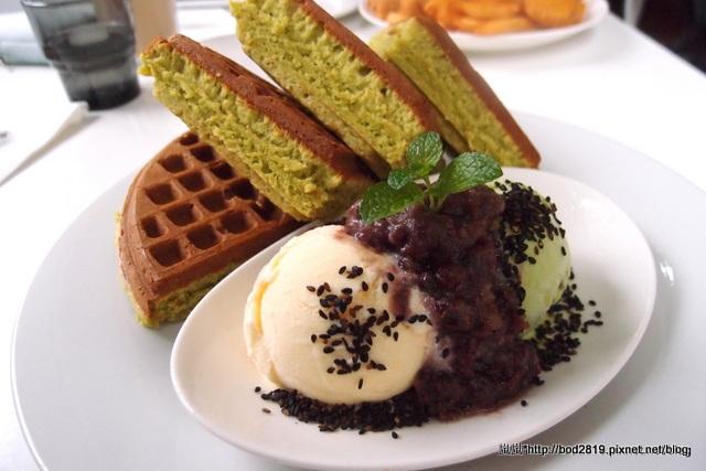 【台中東區】咖啡鑽-聽說是台中第一名的鬆餅,真的扎實又綿密!大推綠色的抹茶鬆餅!(新時代旁)(已歇業