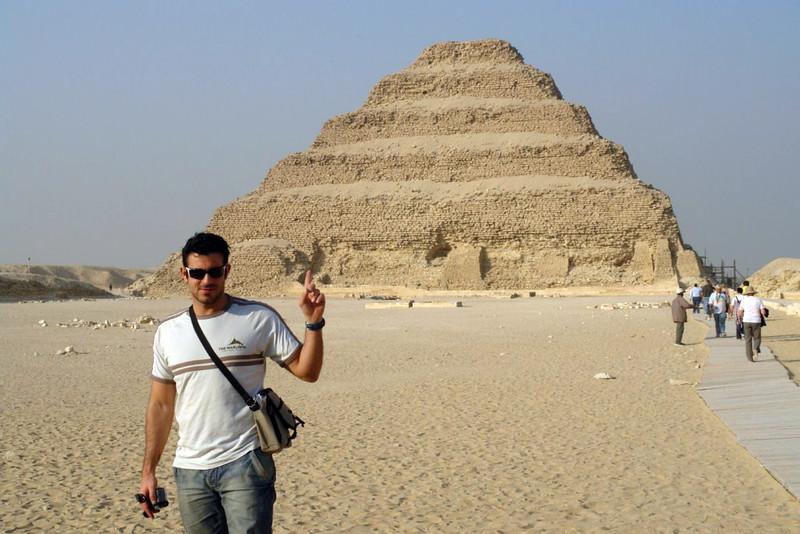 Tras de mí, la pirámide escalonada de Zoser en Sakkara
