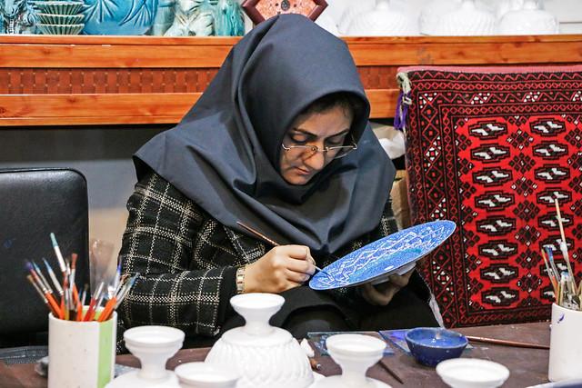 A woman painting persian enamel dish, Isfahan イスファハン職人街、ミーナー・カーリーに絵付けする女性