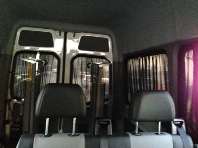 多扶的九人座巴士,從我所搭乘的中間座位往後拍的樣子
