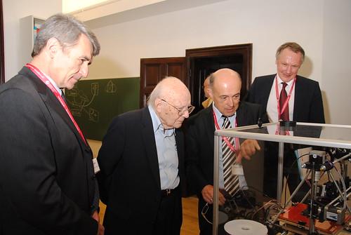 Reinhard Goebl, Heinz Zemanek und Winfried Mayr und Johann Stockinger vor dem 3D Drucker