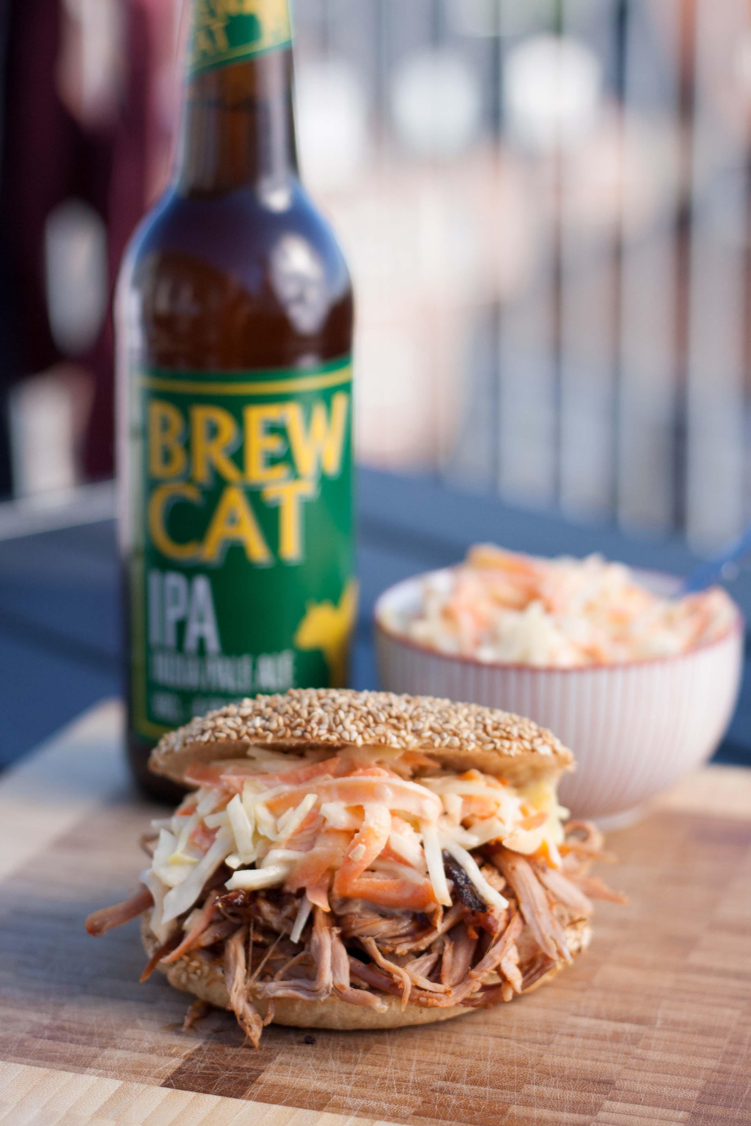 Pulled Pork - serveret i burgerbolle med coleslaw og BBQ-sauce