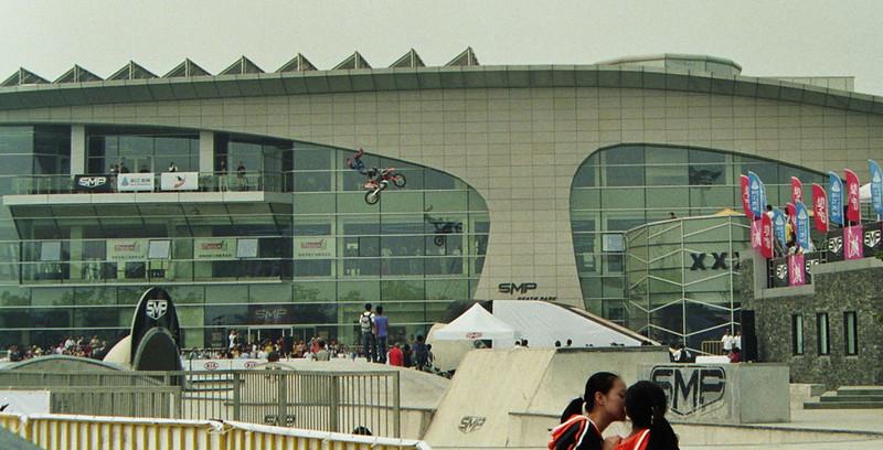 Ein Motocross Motorrad Stunt in einem Skatepark
