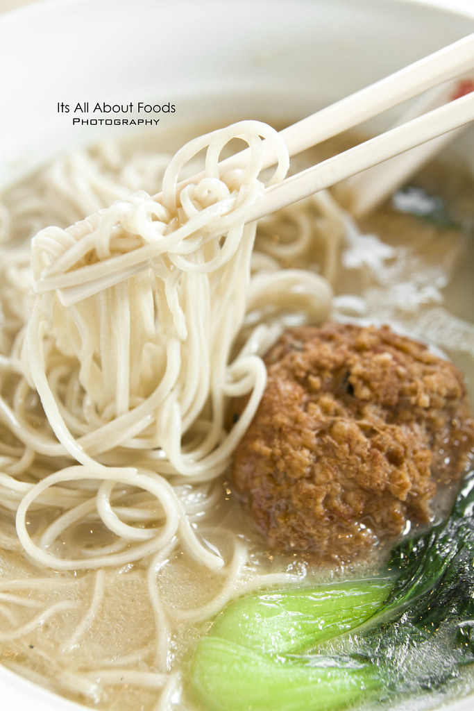 signature-noodles-soup-with-braised-meet-ball-xia-mian-guan
