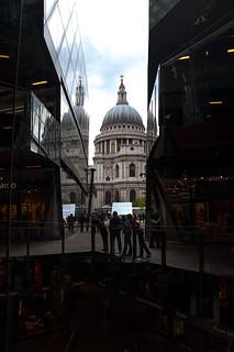 Vue sur la Cathédrale Saint Paul depuis l'intérieur du centre commercial One New Change