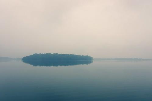 lake misty sunrise island michigan sony foggy orchardlake apsc nex7 sel18200le e18200mmf3563ossle ©jakejung gettyimagesjapan13q4