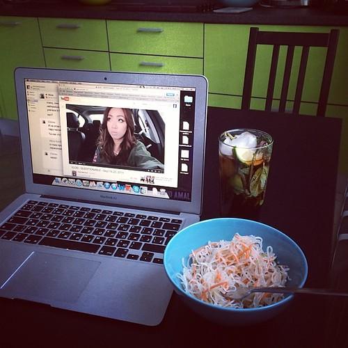 Супер-ланч: фунчоза, мохито кола лайт и ю-тюб/ a perfect lunch set up: glass noodles, mohito cola light and youtube #youtube #lunch #superlunch #urbanluch #heyclaire #food #omnomnom #mac