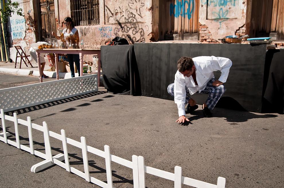 Mientras el equipo de la WWF trabaja preparando el comedor, el chef Rodolfo Angenscheidt prueba la temperatura del asfalto a medida que se aproxima el mediodía. (Elton Núñez)