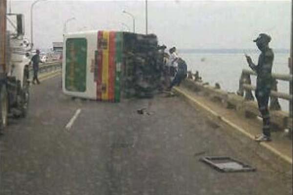 Bus se volcó en el Puente