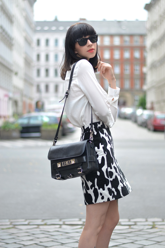Outfit ZARA cow skirt white blouse CATS & DOGS outfit blog Berlin 6