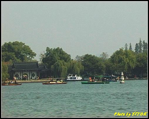 杭州 西湖 (其他景點) - 363 (西湖 湖上遊 往湖心亭 背景是小瀛洲上的三潭印月其中一個的石燈籠)