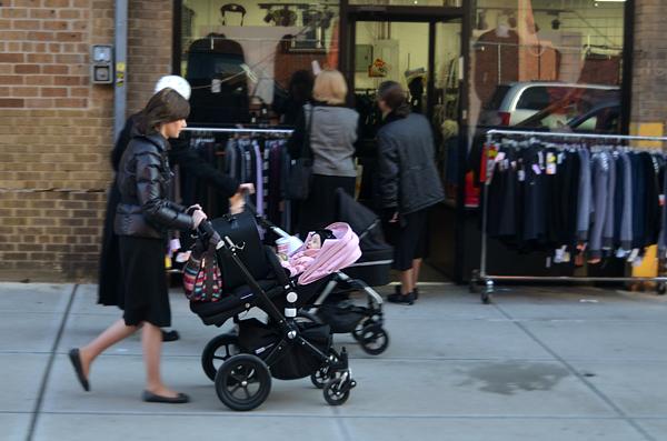 Carritos de bebé por todos sitios en el barrio judío de Nueva York