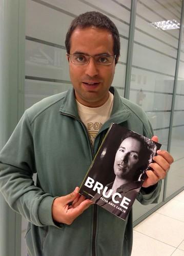 Con biografía de Bruce
