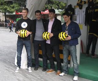 El presidente del Barakaldo C.F., Alberto Romero, junto a tres jugadores.