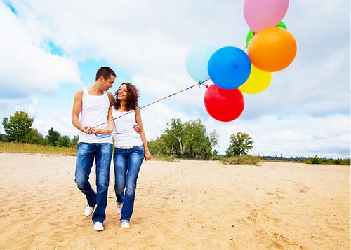 Нестанадартная свадьба, невеста и жених в джинсах и с воздушными шарами