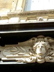 Fontenay-le-Comte. Mascaron et palmes sur une maison de la rue des Loge