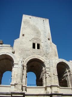 105 bij de arena van Arles
