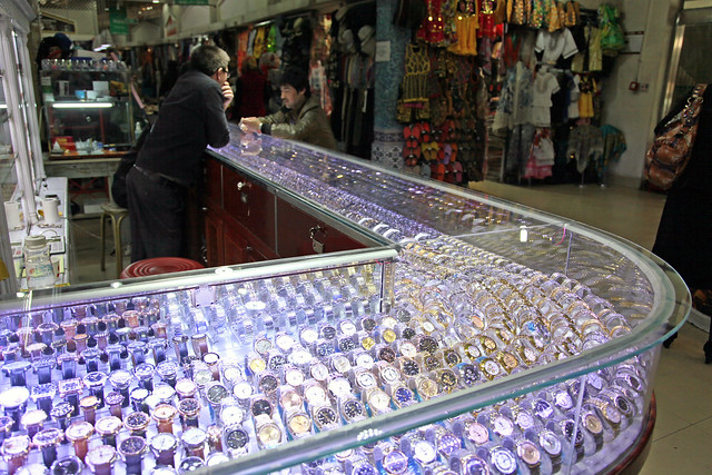 Watch shop in Urumqi ウルムチ、バザールの腕時計屋