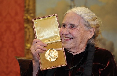 Doris Lessing holding her Nobel prize