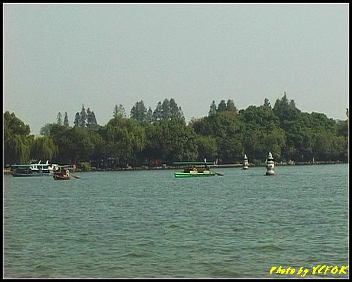 杭州 西湖 (其他景點) - 366 (西湖 湖上遊 往湖心亭 背景是小瀛洲上的三潭印月其中兩個的石燈籠)