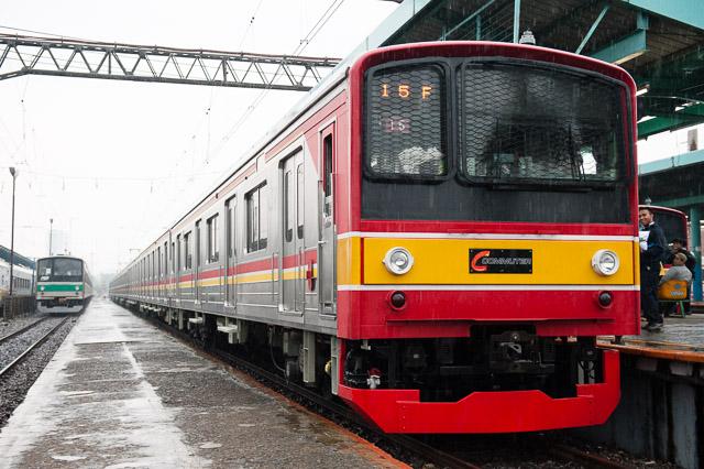 マンガライ駅の埼京線205系とKCJ Seri205