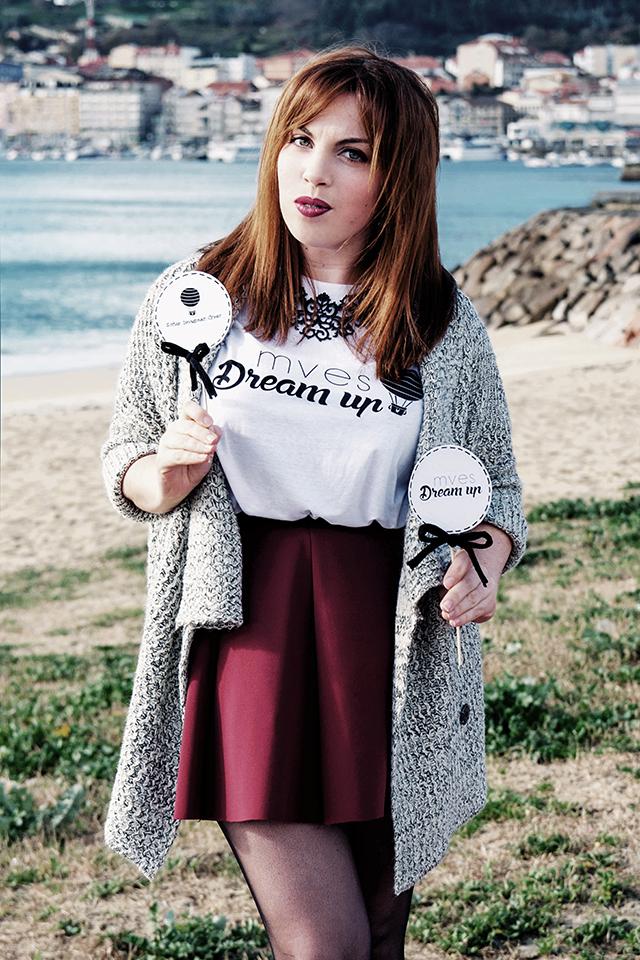 Falda de vuelo, camiseta con mensaje y cárdigan