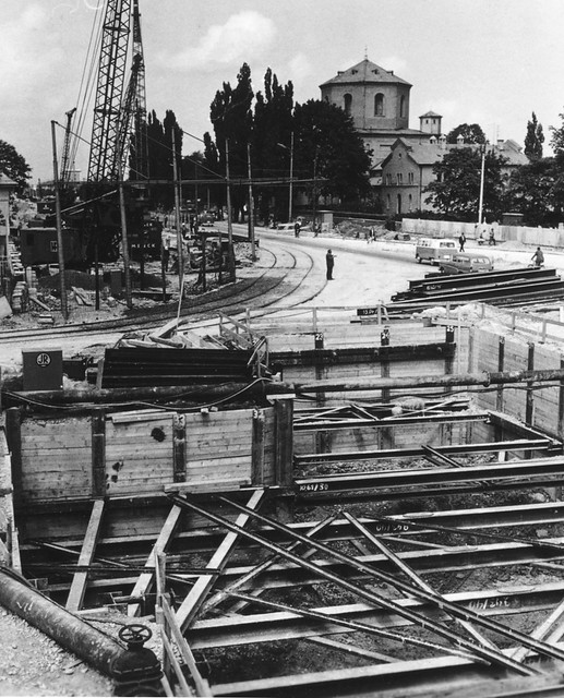 Im Juli 1965 wird an der Kreuzung Ungerer-/Schenkendorfstraße schon kräftig gebaut. Die Trambahn wird über eine provisorische Trasse zum Betriebshof 4 und weiter zur Johann-Fichte-Straße umgeleitet (Archiv: FMTM e.V.)