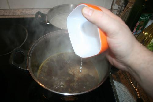 44 - Speisestärke in Sauce geben / Stir in starch in sauce