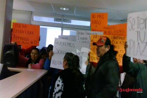 """Integrantes de la agrupación de tianguis y comerciantes """" Ruta 8 """" se manifestaron en las instalaciones de la Unidad Administrativa Municipal  para exigir el cese de amenazas por parte de inspectores de comercio"""