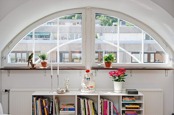 extraordinary-scandinavian-apartment-half-circle-window-white-painting-walls