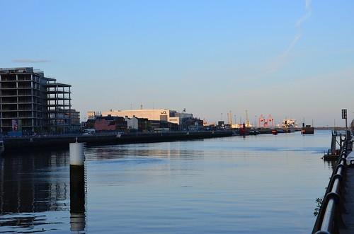 rechts der durch die Krise gestoppte Bau, hinten der Hafen