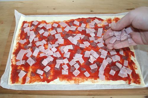 08 - Wurst & Schinken verteilen / Add salami & ham