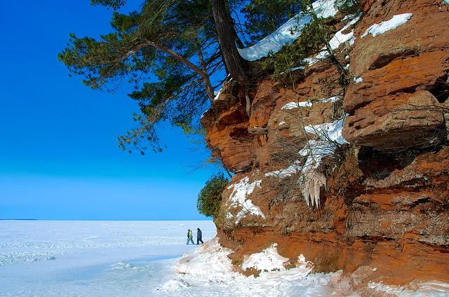 Красная скала, деревья, снег