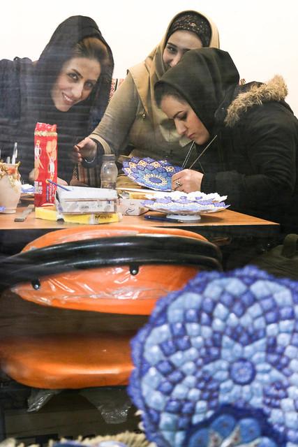 At a persian enamel paintings studio, Isfahan イスファハン職人街、ミーナ・カーリー工房で絵付けする女性たち
