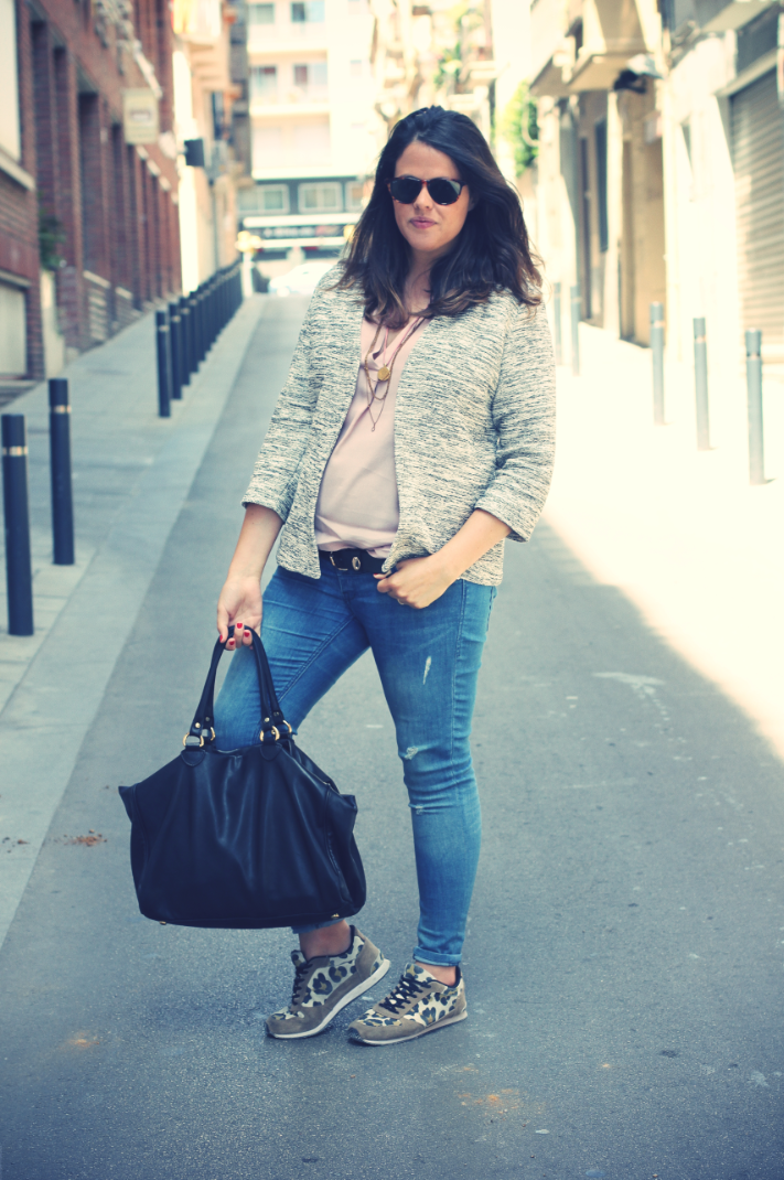 Look: Jacket + sneakers
