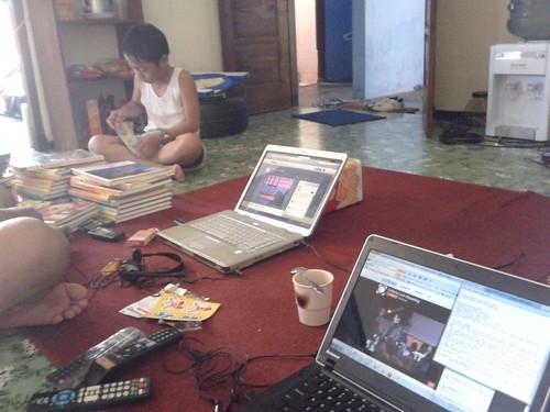 online 1 Di rumah, suami pake Compaq, saya pake Lenovo; Satria sibuk dengan buku-bukunya