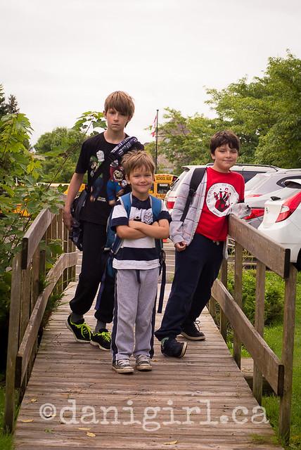回到学校的三个兄弟的画像